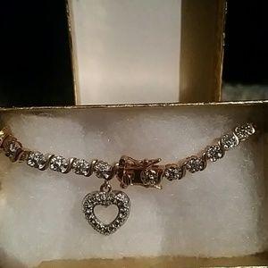 Jewelry - Gold clasped Heart Bracelet